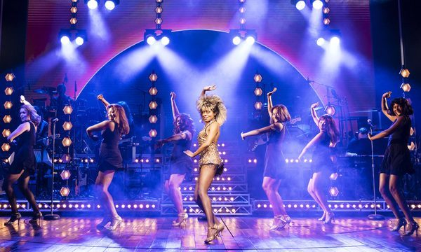 Comédie Musicale Londres - Tina Turner The Musical - Aldwych Theatre - Tina et ses danseuses copyright Manuel Harlan